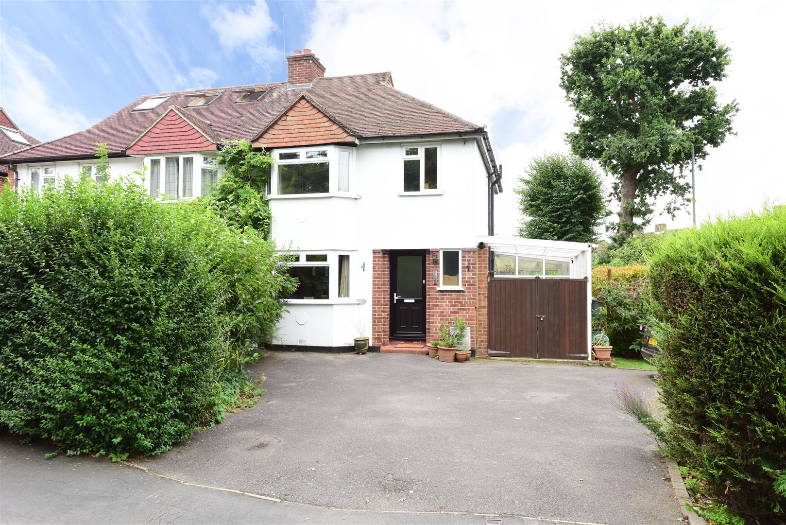 3 Bedrooms Semi Detached House for sale in Westcar Lane, Hersham, Walton-On-Thames